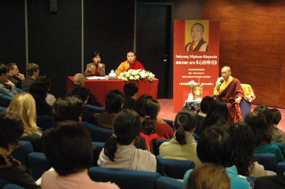 2005年薩姜在台北主持「心的導引」新書講座