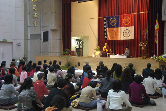 2007年薩姜在台北主持其新書「統御你的世界」禪修營